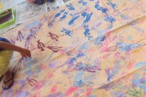 大きな紙の上でペタピタ歩いて足あといっぱい!
