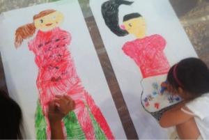 アイドルかな? 大きな絵の製作作業に子ども達は没頭します。