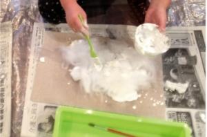 真っ白なフワフワ綿とどっしりしっとり石膏で 雪の世界づくり。